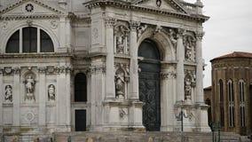 Façade de basilique de Santa Maria della Salute à Venise l'Italie banque de vidéos