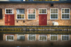 Façade de brique par l'eau Photographie stock libre de droits