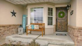 Façade de cadre de panorama d'une maison avec des escaliers sur la cour rocheuse devant le porche de accueil photos stock