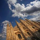 Façade de cathédrale sous un ciel nuageux Image stock