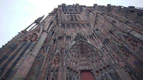 Façade de Cathedrale Notre-Dame De Strasbourg et beaucoup de touristes visitant l'attraction principale de la ville banque de vidéos