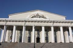 façade de construction avec des colonnes et des bas-reliefs images stock