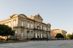 Façade de Deputacion provinciale de Pontevedra Espagne avec des drapeaux photographie stock libre de droits