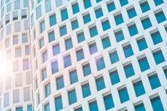 Façade de gratte-ciel avec la fusée de lentille de lumière du soleil - extérieur de construction Images libres de droits