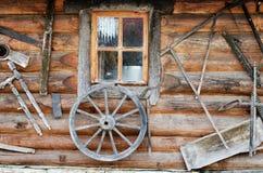 Façade de hutte en bois antique de rondin Photographie stock