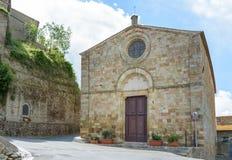 Façade de l'église dans le village toscan Photos stock