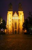 Façade de l'église de cathédrale la nuit Images libres de droits