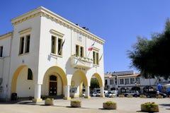 Façade de l'hôtel de ville de la ville française du Saintes-Maries-De Images stock