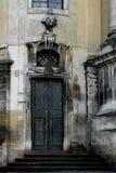Façade de la cathédrale dominicaine, Lviv, Ukraine Fragment avec le gril en métal de porte et de fenêtre images stock