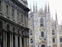 Façade de la cathédrale néogothique de Milan avec devant un bâtiment néoclassique l'Italie images libres de droits