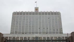 Façade de la Maison Blanche de la Russie à Moscou, jour d'automne banque de vidéos