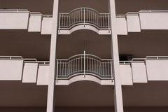 Détail de façade rose avec les balcons arrondis Photographie stock libre de droits
