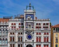 Façade de la tour d'horloge de St Mark dans la tour de St Mark, à Venise, images stock