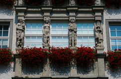 Façade de magasin de Hirmer avec les balcons fleuris images libres de droits