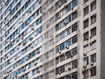 Façade de maison de rapport à plusiers étages au Brésil Image stock