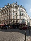 Façade de maison typique avec le balcon à Paris photographie stock libre de droits