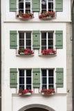 Façade de manoir antique avec des volets qu'une fleur enferme dans une boîte, Berne, Suisse Photo stock