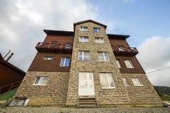 Façade de nouvelle maison en bois de cottage des matériaux et de la pierre de bois de charpente avec le balcon décoratif sur le f image stock