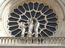 Fa?ade de Paris, France Notre Dame Cathedral de la statue du saint Patrimoine mondial de l'UNESCO images stock