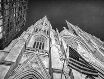 Façade de St Patrick Cathedral la nuit, ci de Fifth Avenue New York Photographie stock
