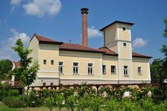 Façade de station thermale de château de Szerencs avec le jardin rose de tonnelle Photographie stock libre de droits