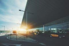 Façade de terminal d'aéroport avec les taxis et l'autobus Photographie stock libre de droits