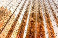 Façade de tour d'immeuble de bureaux de couleur d'or au centre d'affaires Photographie stock