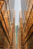 Façade de tour d'immeuble de bureaux de couleur d'or au centre d'affaires Photo libre de droits