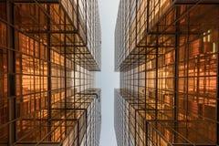 Façade de tour d'immeuble de bureaux de couleur d'or au centre d'affaires Images stock