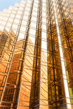 Façade de tour d'immeuble de bureaux de couleur d'or au centre d'affaires Photo stock