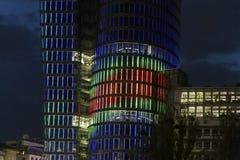 Façade de tour d'uniqua par nuit images libres de droits
