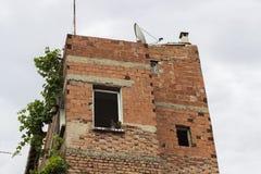 Façade de vieil immeuble de brique inachevé images stock