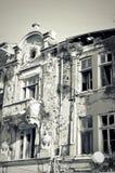Façade de vieille maison détruite avec les fenêtres cassées Image libre de droits