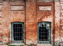 Façade de vieille maison de brique rouge avec le verre cassé photo libre de droits