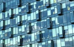 Façade de vue de face de bureaux de mur de verre moderne d'immeuble Photos stock