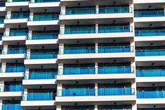 Façade des hôtels ayant beaucoup d'étages image stock
