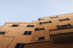 Façade des maisons espagnoles méditerranéennes beiges contre un ciel bleu clair Image stock