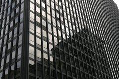 Façade du bâtiment avec des réflexions dans les fenêtres Photo stock