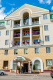 Façade du bâtiment d'hôtel de Volkhov de quatre étoiles dans Veliky Novgorod, Russie Photos libres de droits
