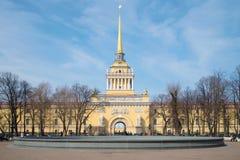 Façade du bâtiment principal du jour ensoleillé d'Amirauté avril St Petersburg Photos libres de droits