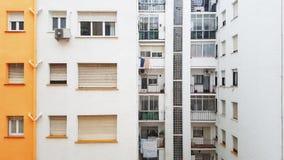 Façade du bâtiment résidentiel tandis que la neige tombe Sur la façade il y a les fenêtres et la climatisation images stock