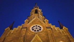 Façade du hall d'organe du philharmonique dans l'église polonaise d'Irkoutsk la nuit Vue inférieure de la flèche d'église photo libre de droits