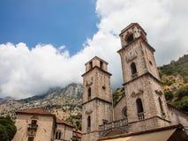 Façade du saint Tryphon de cathédrale dans Kotor, Montenegro Tiré vers la montagne dans un jour ensoleillé lumineux avec la forte images libres de droits