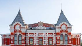 Façade du théâtre de drame en Samara en Russie Paysage de ville avec le théâtre historique et le ciel bleu photographie stock