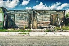 Façade en bois de émiettage de maison à La Havane, Cuba Photo stock