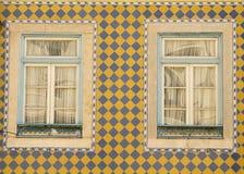 Façade en céramique portugaise avec des fenêtres Image stock