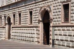 Façade en pierre de bâtiment avec des portes et des fenêtres Images libres de droits