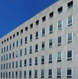 Façade en pierre grise d'un immeuble de bureaux Image libre de droits