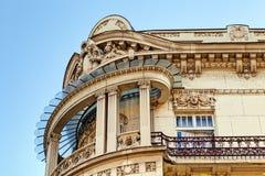 Façade en pierre sur le bâtiment classique Photographie stock libre de droits