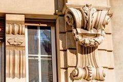 Façade en pierre sur le bâtiment classique Photos stock